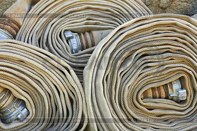 Alt gewalzten Feuerwehrschläuche mit Düsen | Foto mit hoher Auflösung |ID 3348038