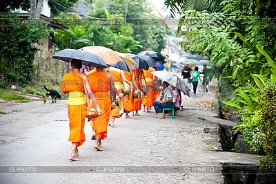Buddhistische Novizen gehen die Opfer zu sammeln | Foto mit hoher Auflösung |ID 3056408