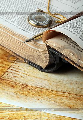 Altes Buch, eine Schreibfeder und Uhr | Foto mit hoher Auflösung |ID 3059825