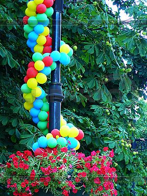 Piłki są przymocowane do latarni w parku | Foto stockowe wysokiej rozdzielczości |ID 3042725