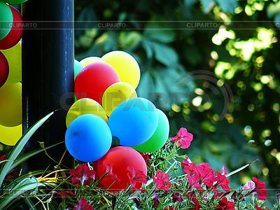 Piłki są przymocowane do latarni | Foto stockowe wysokiej rozdzielczości |ID 3042726