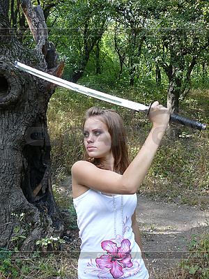 Braunhaarige Frau mit Schwert | Foto mit hoher Auflösung |ID 3047647