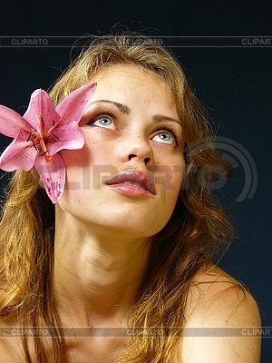 Dziewczyna z lilii we włosach | Foto stockowe wysokiej rozdzielczości |ID 3051531