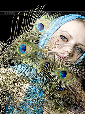 공작 깃털을 가진 아름 다운 여자 | 높은 해상도 사진 |ID 3054238