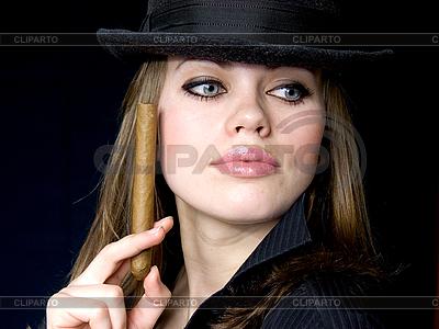 Attraktive Dame im Hut mit Zigarre | Foto mit hoher Auflösung |ID 3054663
