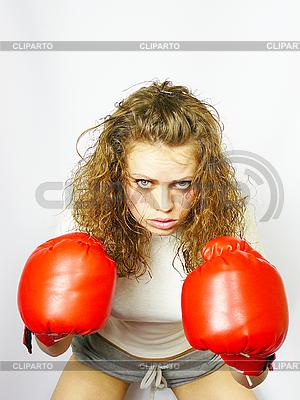 Девушка в красном боксе перчатки