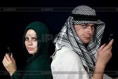 Zwei Araber rufen mit Handy an | Foto mit hoher Auflösung |ID 3059865