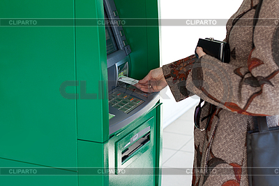 Девушка использует банковский терминал | Фото большого размера |ID 3050637
