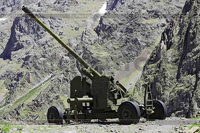 Wetter Pistole zwischen Bergen von Nordossetien | Foto mit hoher Auflösung |ID 3304338