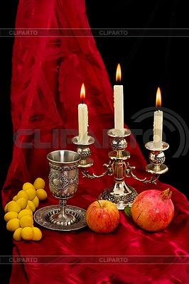Puchar, owoce i świece | Foto stockowe wysokiej rozdzielczości |ID 3067398