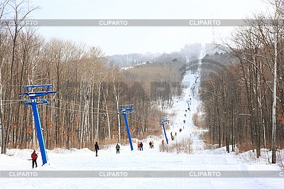 Skifahrer gehen entlang den Lift zum Berg | Foto mit hoher Auflösung |ID 3068595