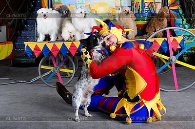 Smiling Clown obejmuje jego psa | Foto stockowe wysokiej rozdzielczości |ID 3078972