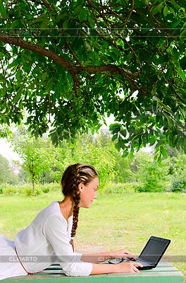 Junge schöne Frau mit Notebook | Foto mit hoher Auflösung |ID 3078981