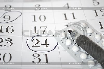 Pigułki antykoncepcyjne i długopis | Foto stockowe wysokiej rozdzielczości |ID 3082973