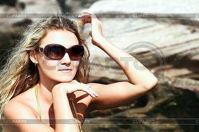 Piękna kobieta w bikini i okulary | Foto stockowe wysokiej rozdzielczości |ID 3292045