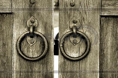 Altes hölzernes Tor mit Türklopfer-Ringen | Foto mit hoher Auflösung |ID 3083700
