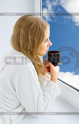 Junges schönes Mädchen trinkt Kaffee | Foto mit hoher Auflösung |ID 3104917