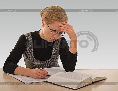 Молодая девушка готовится к экзамену | Фото большого размера |ID 3104938