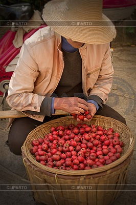 Asian człowiek w chińskim kapeluszu z koszem jabłek | Foto stockowe wysokiej rozdzielczości |ID 3279851