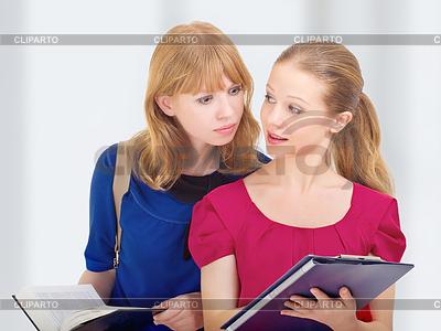 Dwie atrakcyjne dziewczyny, studentów | Foto stockowe wysokiej rozdzielczości |ID 3279967
