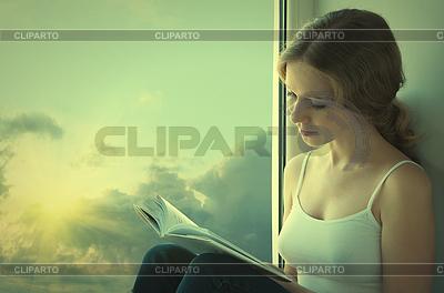 Młody czytanie książki Kobieta siedzi na oknie | Foto stockowe wysokiej rozdzielczości |ID 3280125