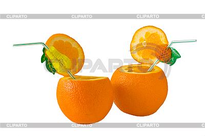 Два спелых апельсина с трубочками для коктейлей.