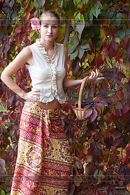 Красивая девушка в длинной юбке с корзиной винограда | Фото большого размера |ID 3092919