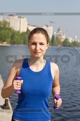 Junge Frau mit Gewichten in der Natur bewegen | Foto mit hoher Auflösung |ID 3259398