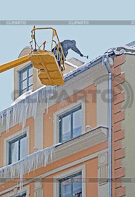 Arbeiter reinigt Schnee und Eiszapfen | Foto mit hoher Auflösung |ID 3124277
