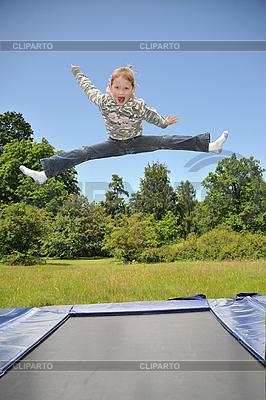 frau springt nackt auf einem trampolin