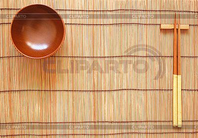 대나무 매트에 나무 그릇과 젓가락 | 높은 해상도 사진 |ID 3110679
