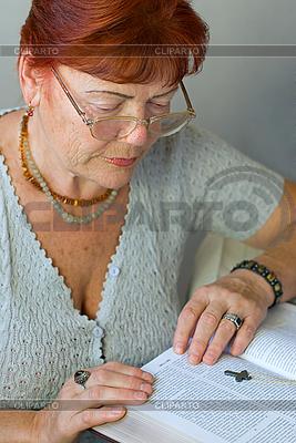 Bejahrte Frau liest die Bibel | Foto mit hoher Auflösung |ID 3104666