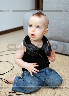 Kind in den Kopfhörern | Foto mit hoher Auflösung |ID 3111071
