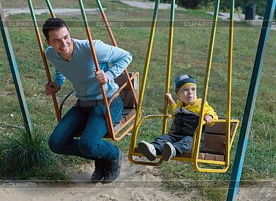 Ojciec i syn na huśtawce | Foto stockowe wysokiej rozdzielczości |ID 3111156