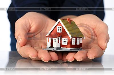 Ręce i mały dom | Foto stockowe wysokiej rozdzielczości |ID 3107389