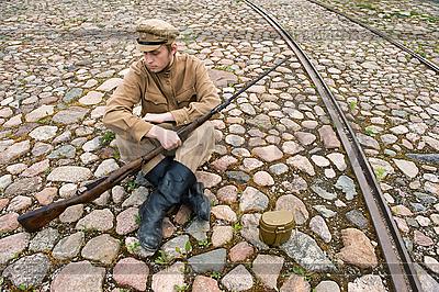 Żołnierz z kotła i pistoletem w stylu retro | Foto stockowe wysokiej rozdzielczości |ID 3168378