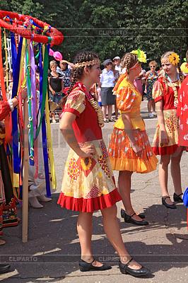 Unbekannte Mädchen auf der Straße von Staraja Russa | Foto mit hoher Auflösung |ID 3248779