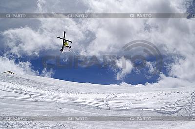 Dowolny skoczek ze skrzyżowanymi nartami | Foto stockowe wysokiej rozdzielczości |ID 3117672