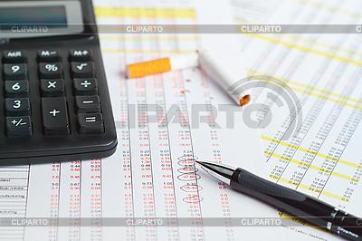 Rechner mit Stift und Zigarette | Foto mit hoher Auflösung |ID 3121531