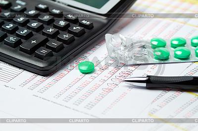 Kalkulator, długopis i tabletki | Foto stockowe wysokiej rozdzielczości |ID 3121532