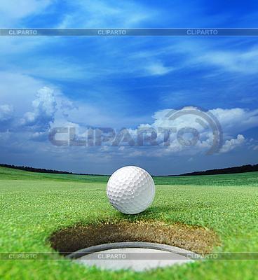 Мяч для гольфа перед лункой | Фото большого размера |ID 3123709