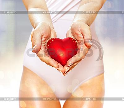 Rotes Herz in Händen | Foto mit hoher Auflösung |ID 3124718