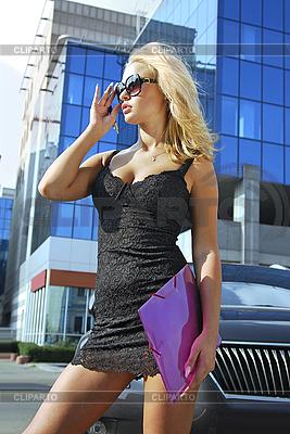 Blonde Geschäftsfrau mit rosa Ordner | Foto mit hoher Auflösung |ID 3138995