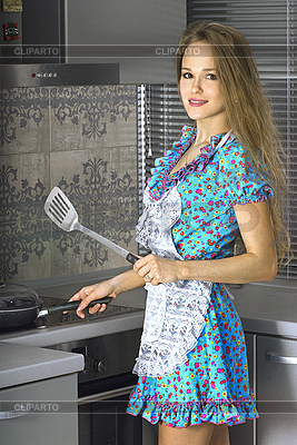 美丽的家庭主妇,在现代厨房 | 高分辨率照片 |ID 3144258
