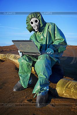 Эколог ученый в зоне экологического бедствия | Фото большого размера |ID 3144339