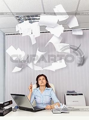 Büroangestellte und das lästige Dokumentation | Foto mit hoher Auflösung |ID 3145028