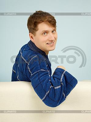 幸福微笑的男子坐在沙发上 | 高分辨率照片 |ID 3145671