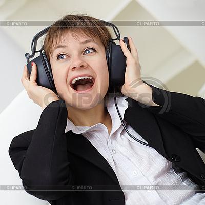 Fröhliche junge Frau singt in Kopfhörern | Foto mit hoher Auflösung |ID 3146438