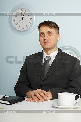 Junger Chef sitzt auf Arbeitsplatz | Foto mit hoher Auflösung |ID 3146558