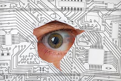Oko patrząc przez otwór w układzie elektronicznym | Foto stockowe wysokiej rozdzielczości |ID 3147510